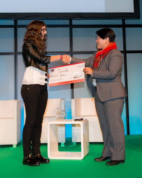 Aurore Chatard, co-chair ASIS Switzerland Chapter presents the Young Professional Award to Camilla Romerio Giudici